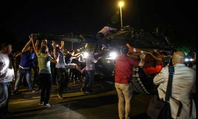 Miles de detenidos tras fallido intento golpista — Turquía
